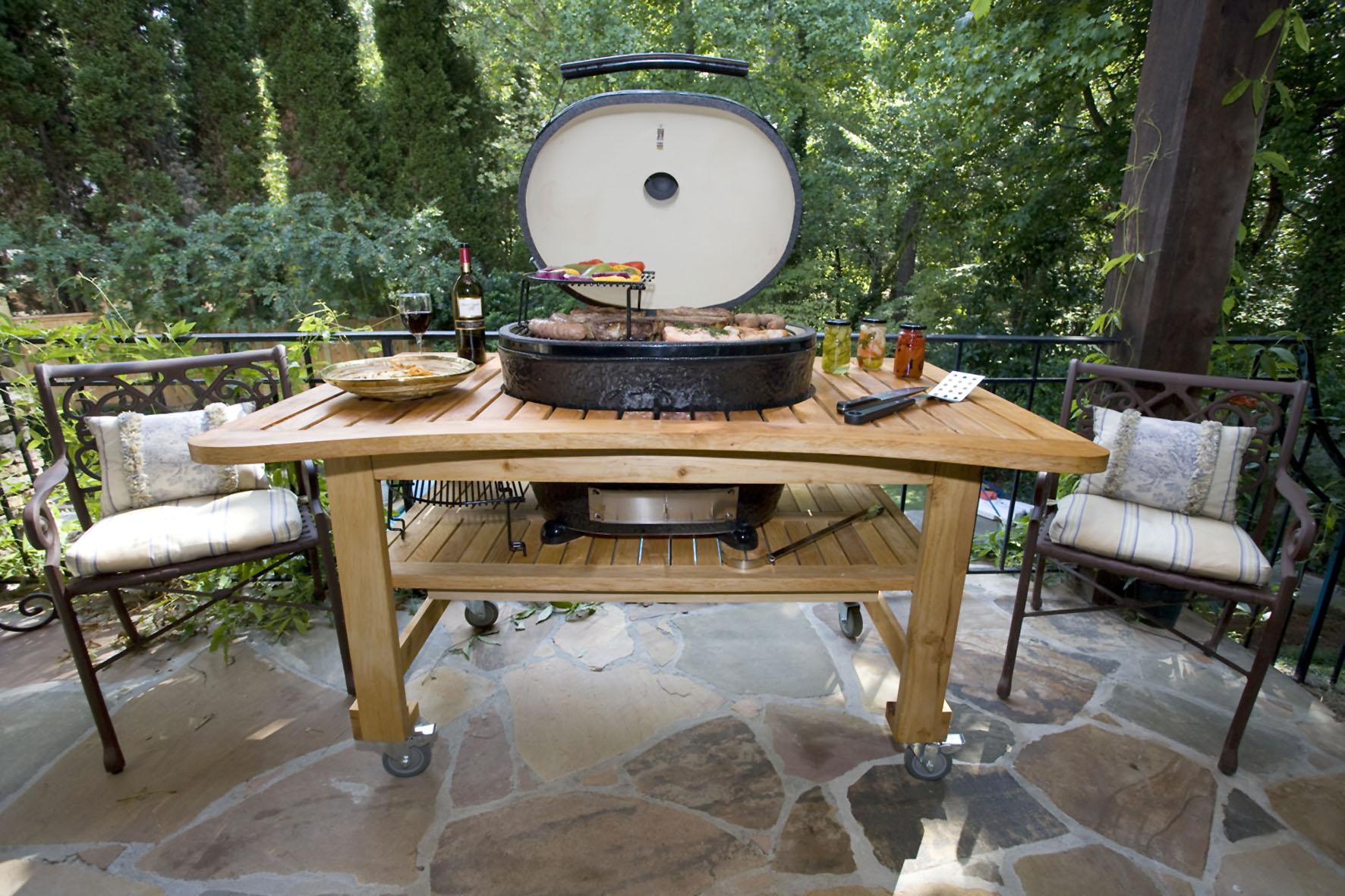 Grillen Praktisch und stylish: in den Gartentisch eingebauter Keramikgrill.
