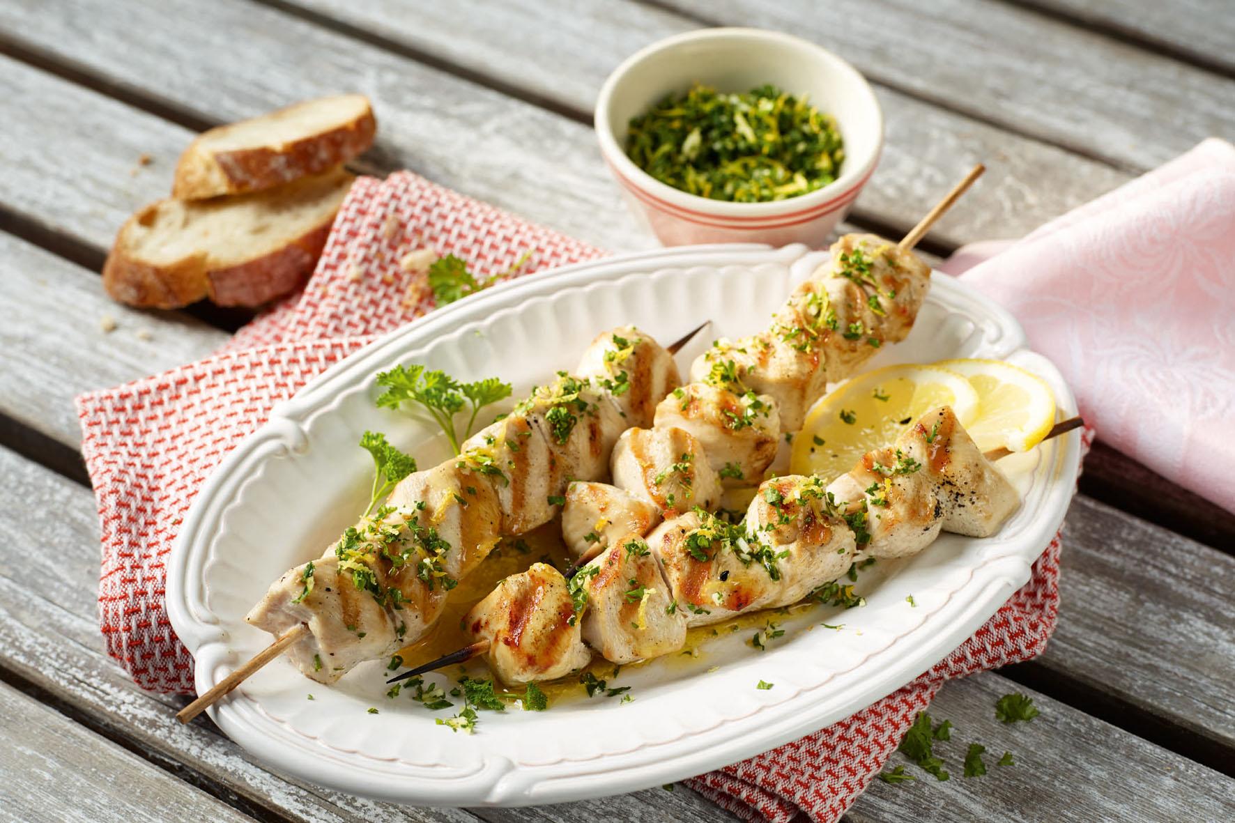 Für eine leichte Ernährung bei hochsommerlichen Temperaturen eignet sich vor allem Geflügelfleisch, das besonders fettarm ist - wie etwa gegrillte Hähnchenspieße mit Gremolata.