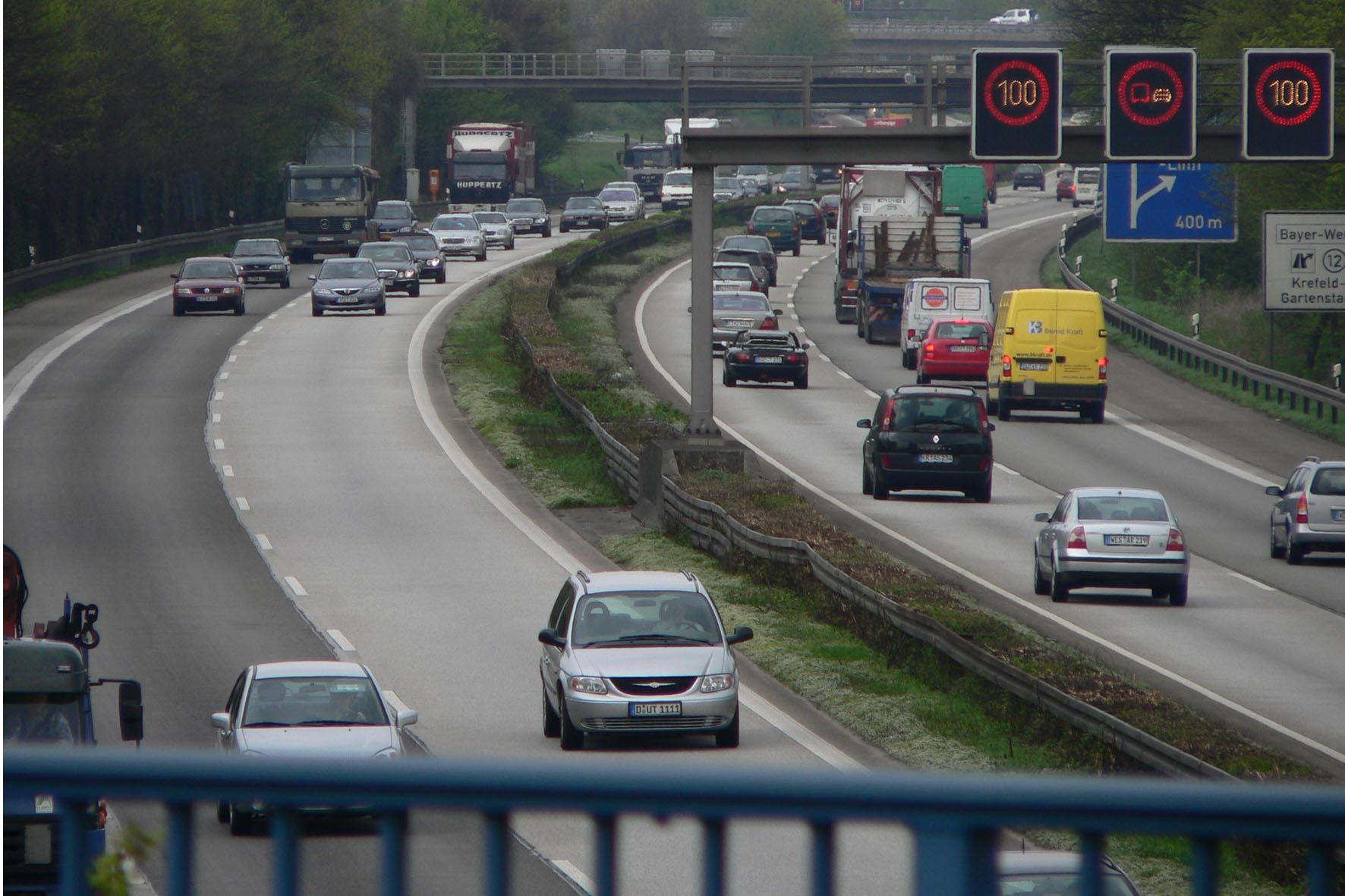 Wer auf Autobahnen eine Reifenpanne erleidet, sollte einige Sicherheitstipps beachten.