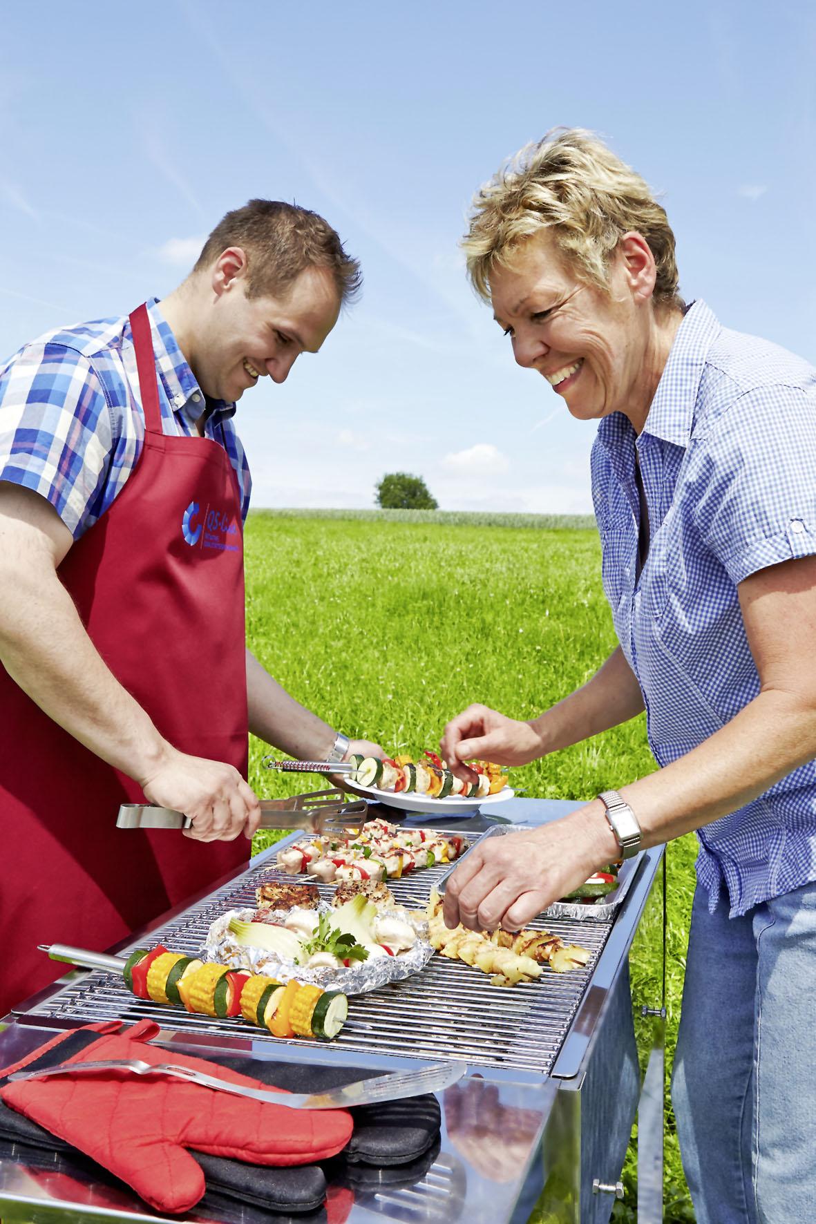 Bei einer Gartenparty kommt es auf gute Vorbereitung an, damit alle Speisen frisch und lecker auf den Tisch kommen.