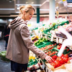 Im Supermarkt beschäftigen sich wohl die wenigsten mit rechtlichen Fragestellungen rund um den Einkauf. Und doch gibt es einiges zu beachten: Darf man beispielsweise Obst und Gemüse vor dem Kauf probieren?