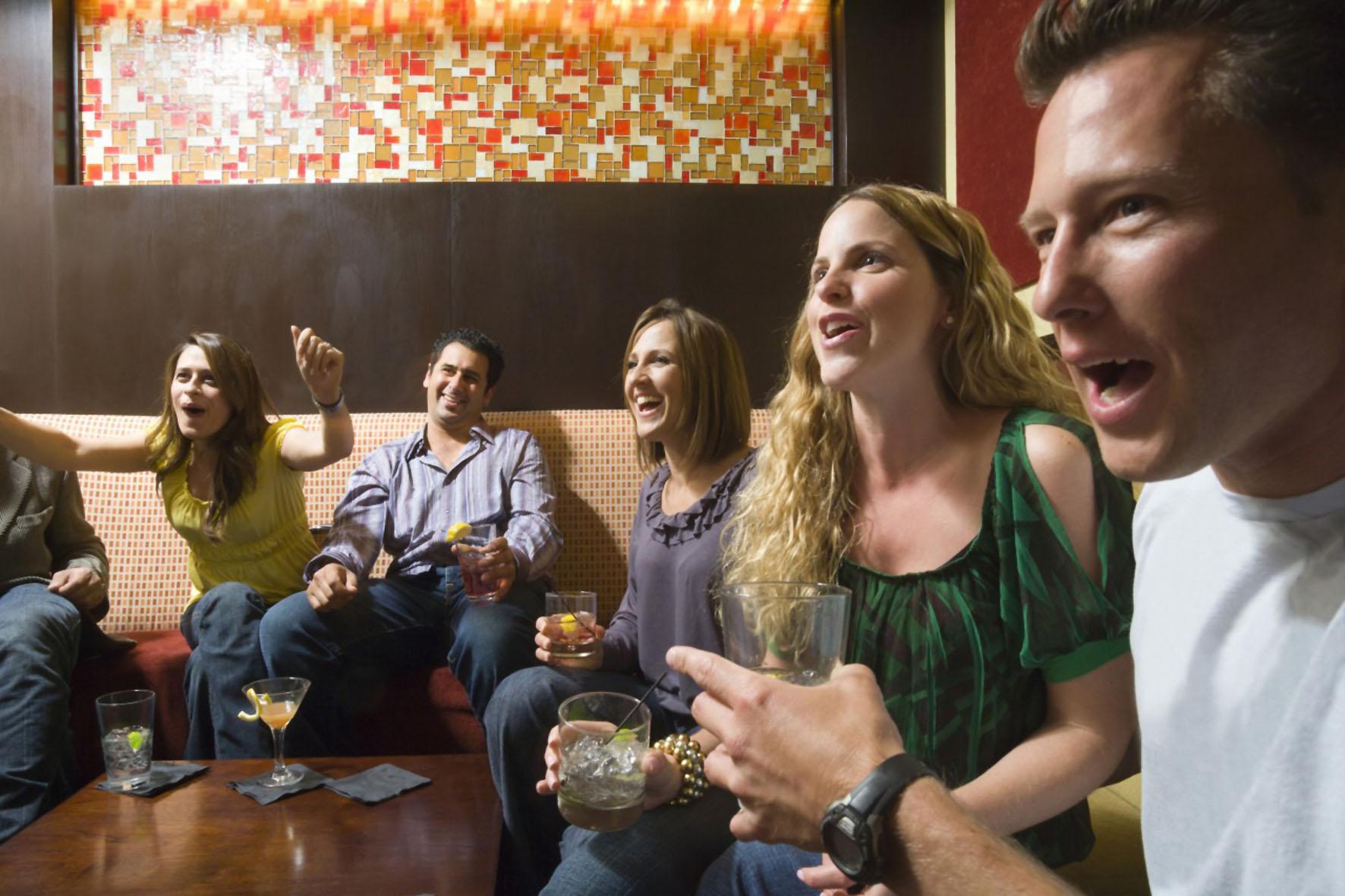 Beim Privat Viewing genießen die Gäste das aufregende Fußball-WM vergnügen ganz entspannt mit einem guten Cocktail.