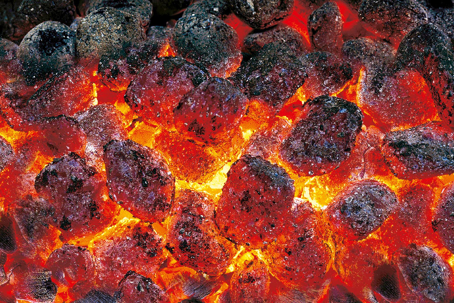 Buchen Grill-Holzkohlebriketts entwickeln eine sehr heiße Glut und brennen gleichmäßig über Stunden hinweg.