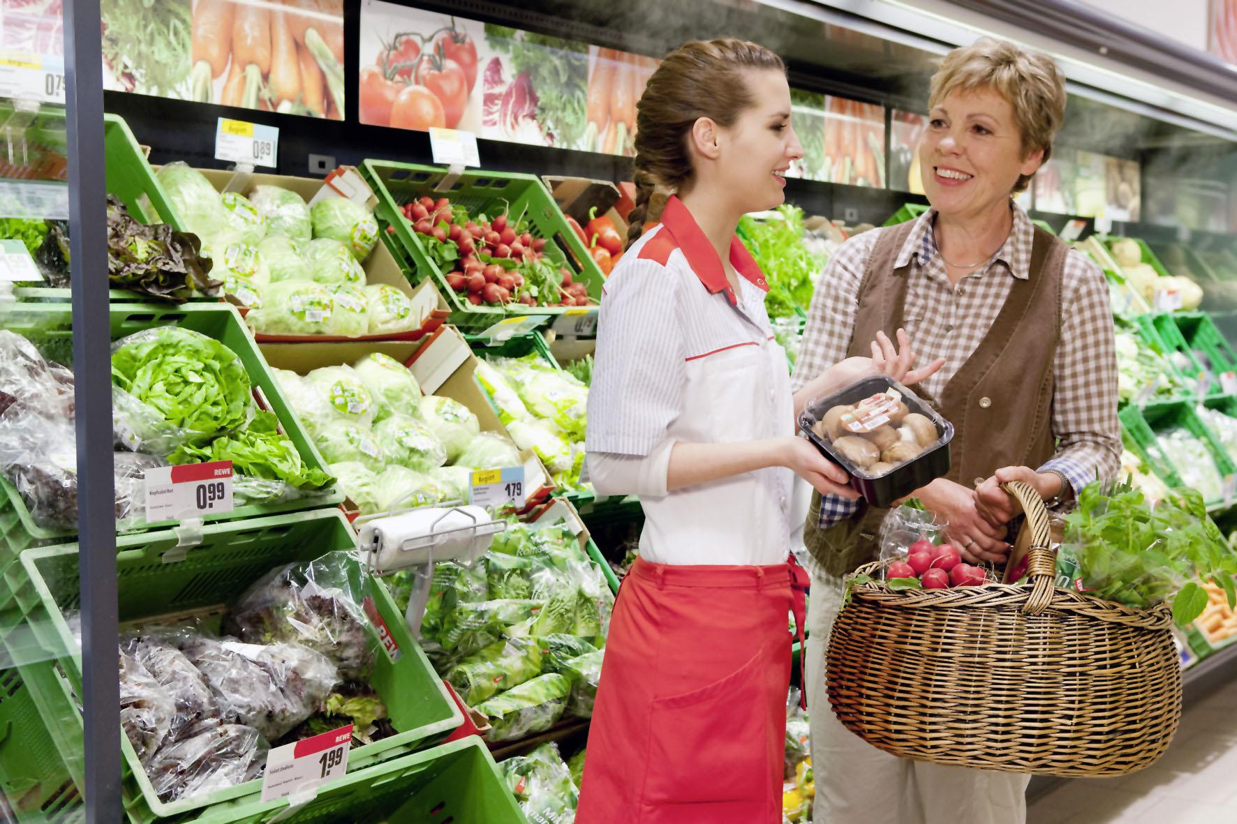 Schon beim Einkauf sollte man auf geprüfte Qualität achten, die man zum Beispiel am blauen QS-Zeichen erkennen kann.
