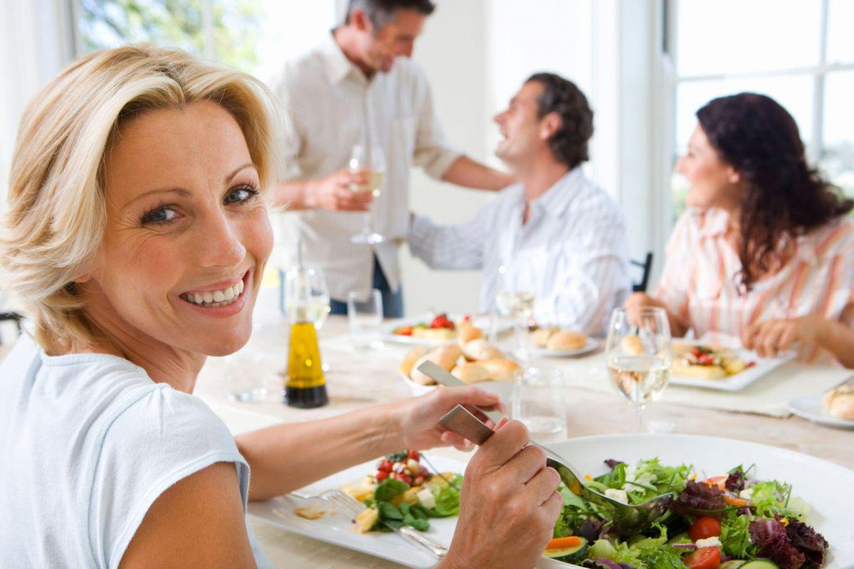 Wer als Vorspeise einen Salat genießt, ist bereits etwas gesättigt und kommt beim Hauptgericht mit weniger aus.