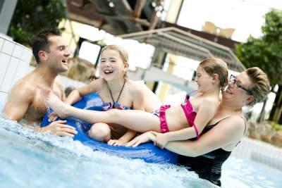 Badespaß für die ganze Familie: Das Weserbergland ist ein beliebtes Reiseziel, um entspannte und fröhliche Tage mit den Kindern oder Enkeln zu verbringen.