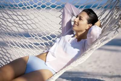 Wer im Urlaub gerne auf der faulen Haut liegt, sollte am Buffet seine Esslust zügeln, sonst droht eine Gewichtszunahme.
