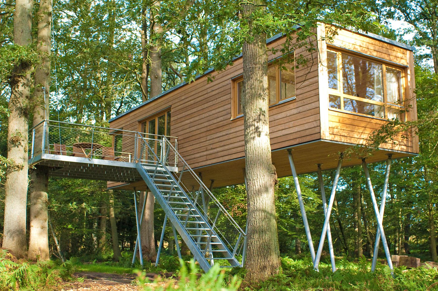 """Nachhaltig für die Umwelt wie auch für die Urlauber sind die Übernachtungen in vier Metern Höhe im Baumhaushotel """"Baumgeflüster""""."""