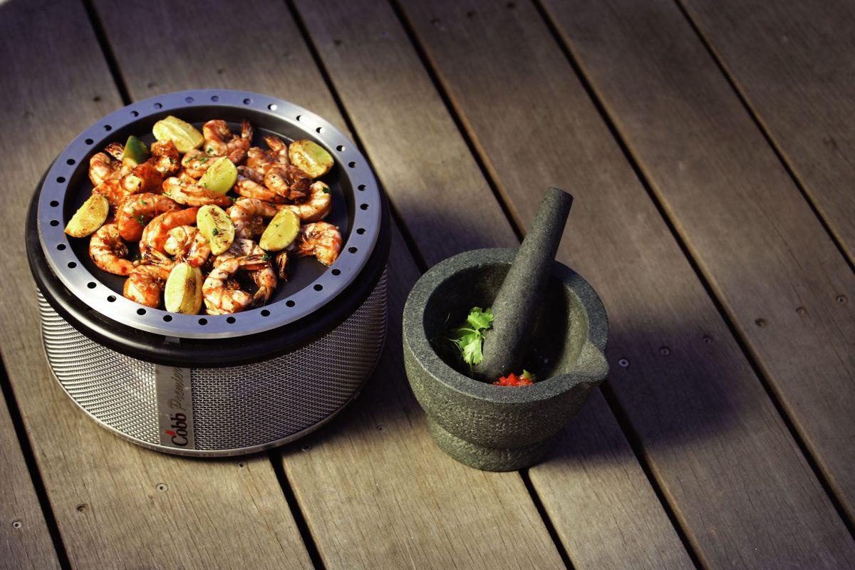 Süße Chiligarnelen vom Cobb Grill sind eine schmackhafte Abwechslung zu den typischen Grill-Klassikern.