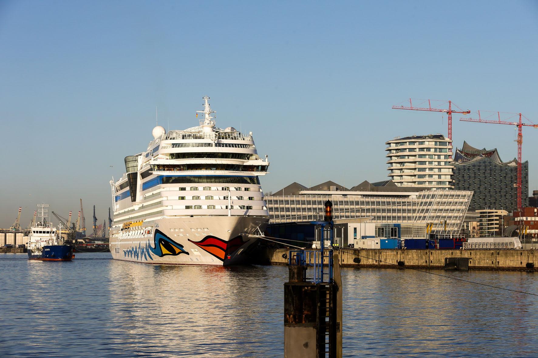 Im Hamburger Hafen startet und endet die siebentägige Kreuzfahrt mit Wohlfühlprogramm.