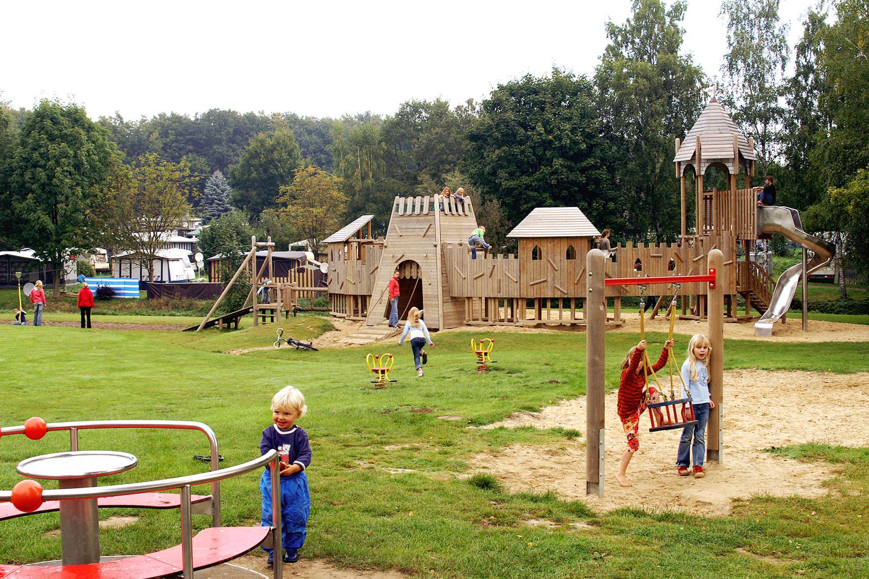 In Tecklenburg wartet auf die kleinen Gäste ein großer Spielplatz mit Ritterburg.