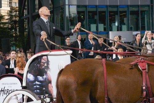 Dwayne Johnson fuhr bei der Hercules-Premiere im Vierspänner vor.