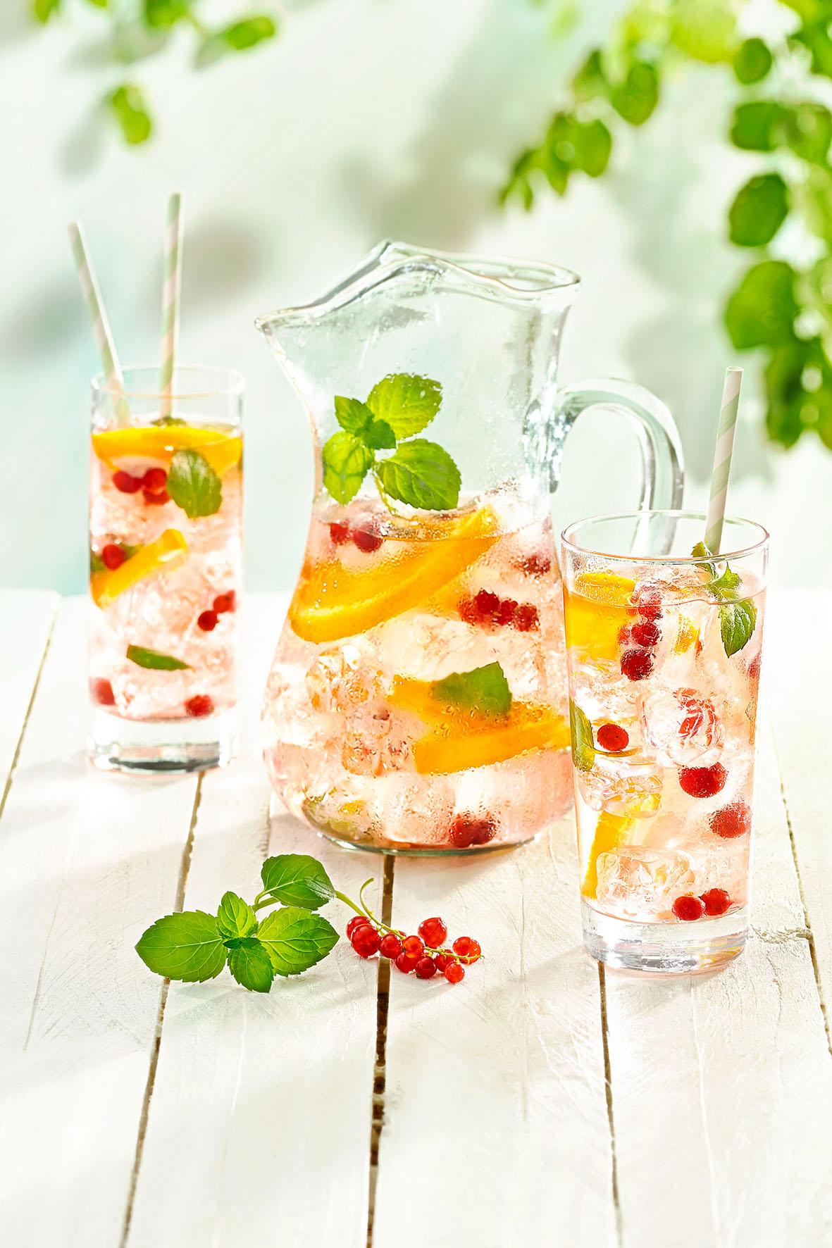 Mit ein paar Zutaten lässt sich aus einem simplen Glas Leitungswasser ein erfrischender Drink zaubern.