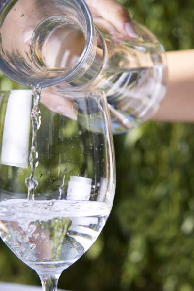Leitungswasser ist die perfekte Begleitung zum Essen und zu anderen Getränken.