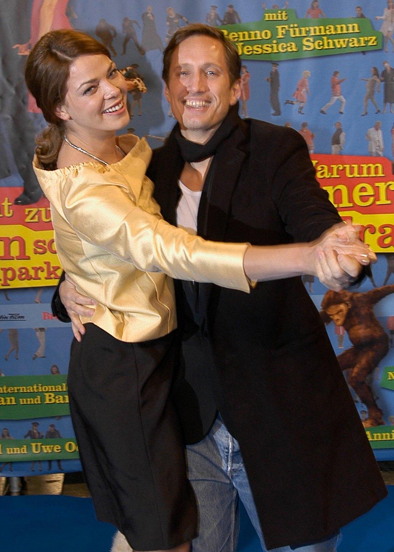 Jessica Schwarz und Benno Fürmann tanzen fröhlich auf einer Filmpremiere