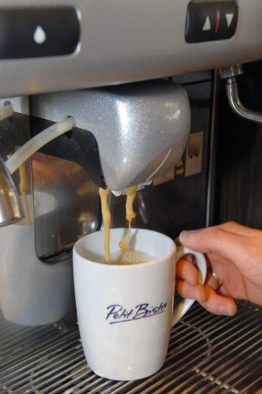Der starke, schwarze Tasse Kaffee muss sein