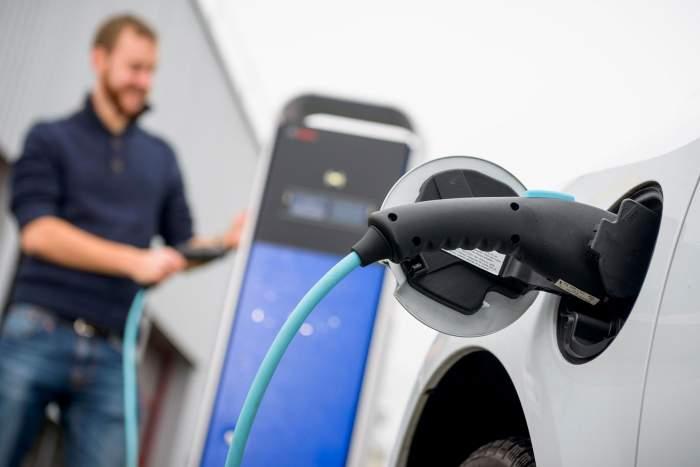 Hybridfahrzeug Batterie an der Steckdose aufgeladen