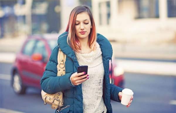 Blick aufs Smartpohne und rasch noch über die Straße - besonders im dichten Verkehr kann dann schnell etwas passieren.